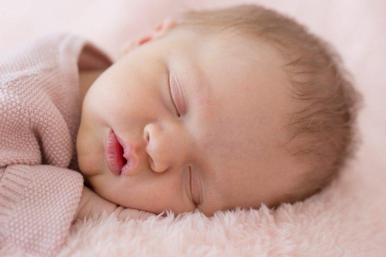 newborn Fotograaf Heerhugowaard, Milou slaapt lekker, fotografie, babyfotografie, pasgeboren