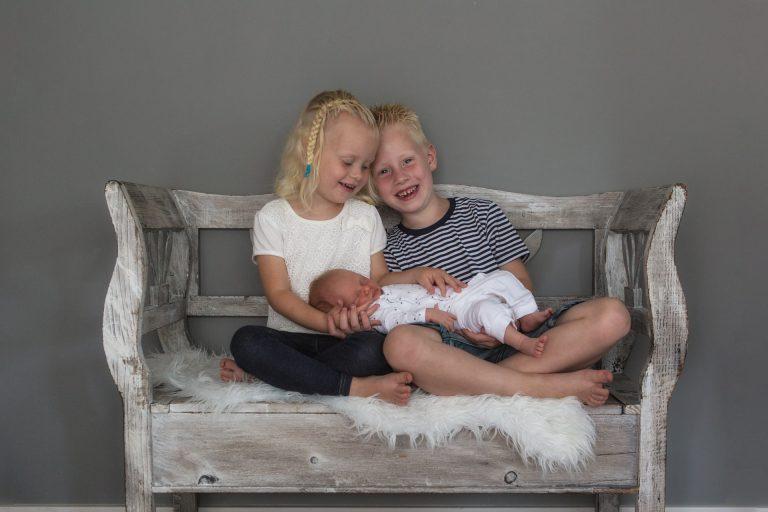 newborn Fotograaf Heerhugowaard, baby met broer en zus, fotografie, babyfotografie, pasgeboren