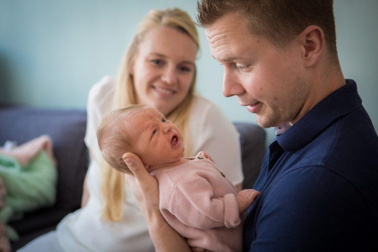 newborn Fotograaf Heerhugowaard, trotse papa houd zijn kindje vast, fotografie, babyfotografie, pasgeboren