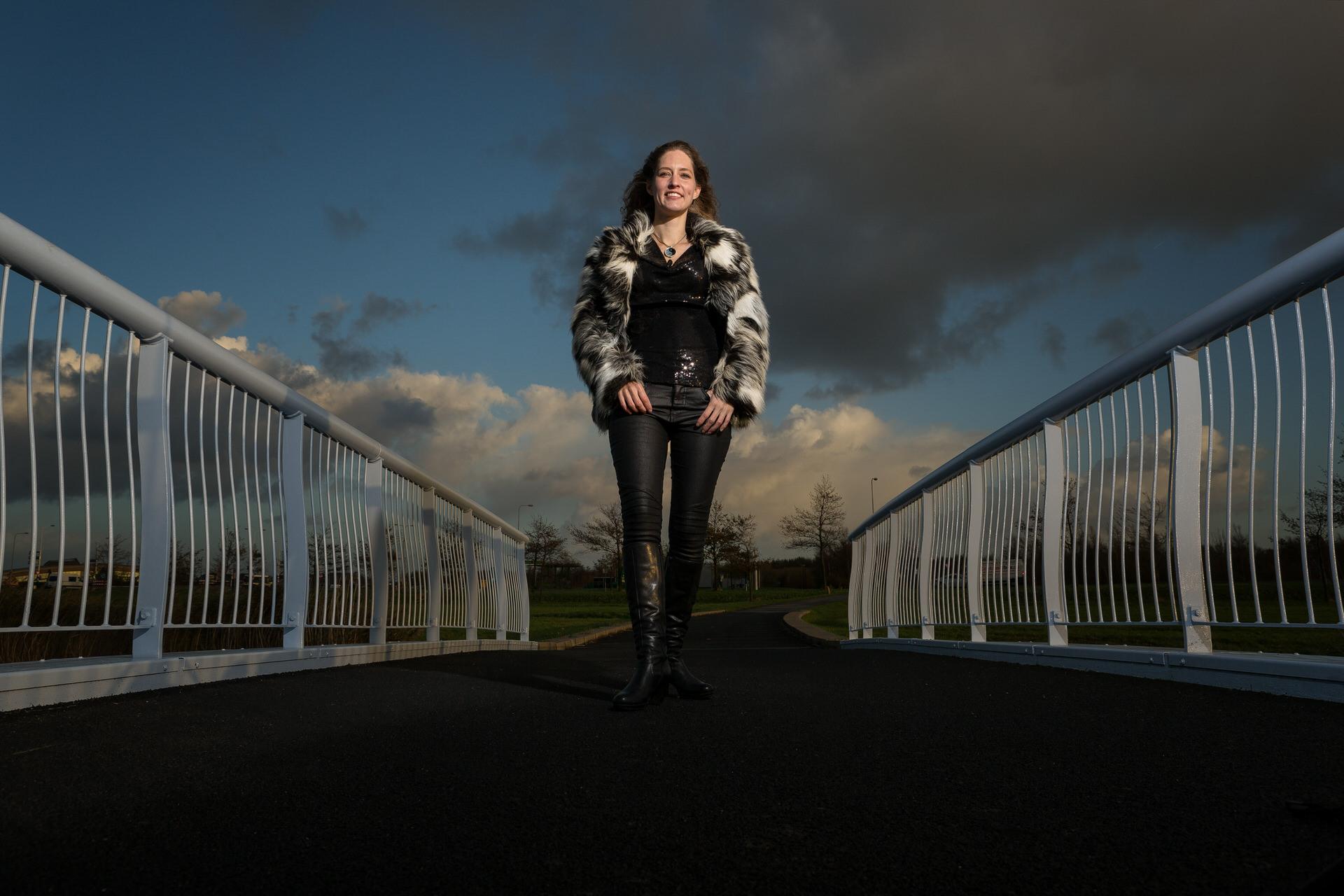 portretfoto heerhugowaard, Charlotte op de brug, fotograaf, fotografie, portretten, bedrijfsportret, profielfoto, bedrijfsfotografie