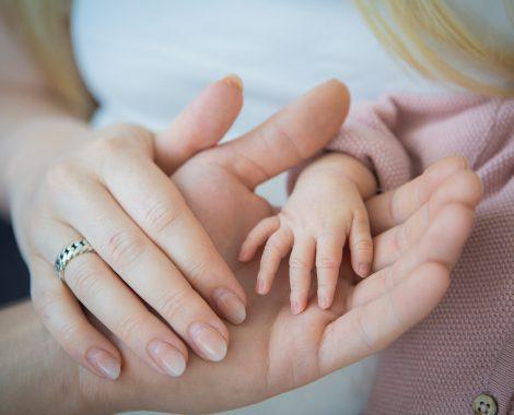 newborn Fotograaf Heerhugowaard, grote en kleine handjes, fotografie, babyfotografie, pasgeboren