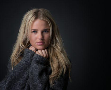 portretfoto Heerhugowaard, portretfoto meisje met grijze trui, fotograaf, fotografie, portretten, bedrijfsportret, profielfoto, bedrijfsfotografie